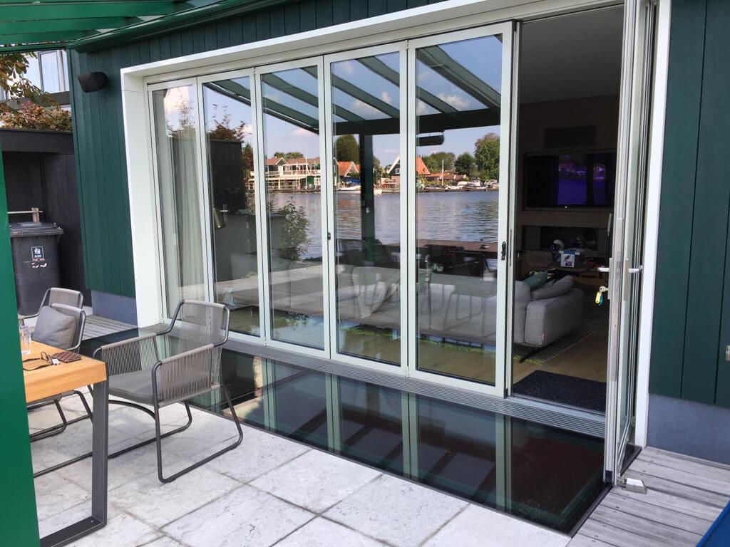 här används ett takfönster av walk-on glas för en glasfasad, där det inte fanns någon höjd tillgänglig för att fästa väggprofilen.