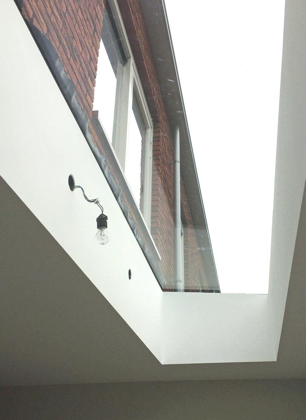 Efter installationen är ramen ordentligt täckt genom det inre arbetet, så att endast glaset förblir synlig: Sky Only View.