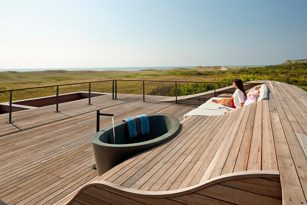 Hutker Architects ritade Duin, beläget på den vackra ön Marthas Vineyard i Massachusetts.