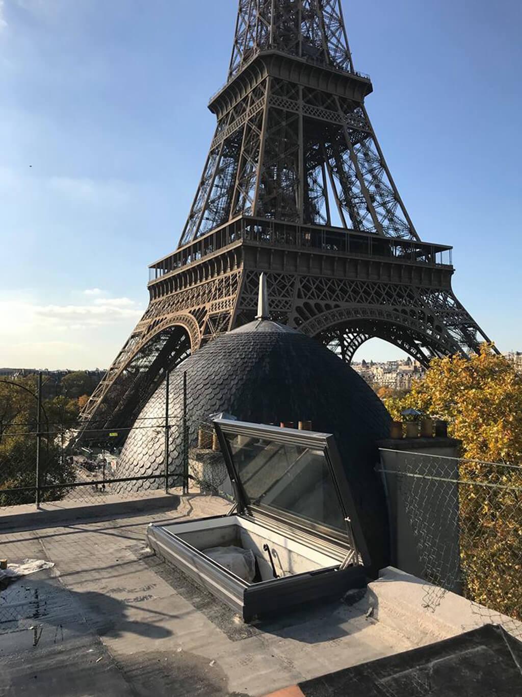 Gångjärnsförsedd taklucka i Paris