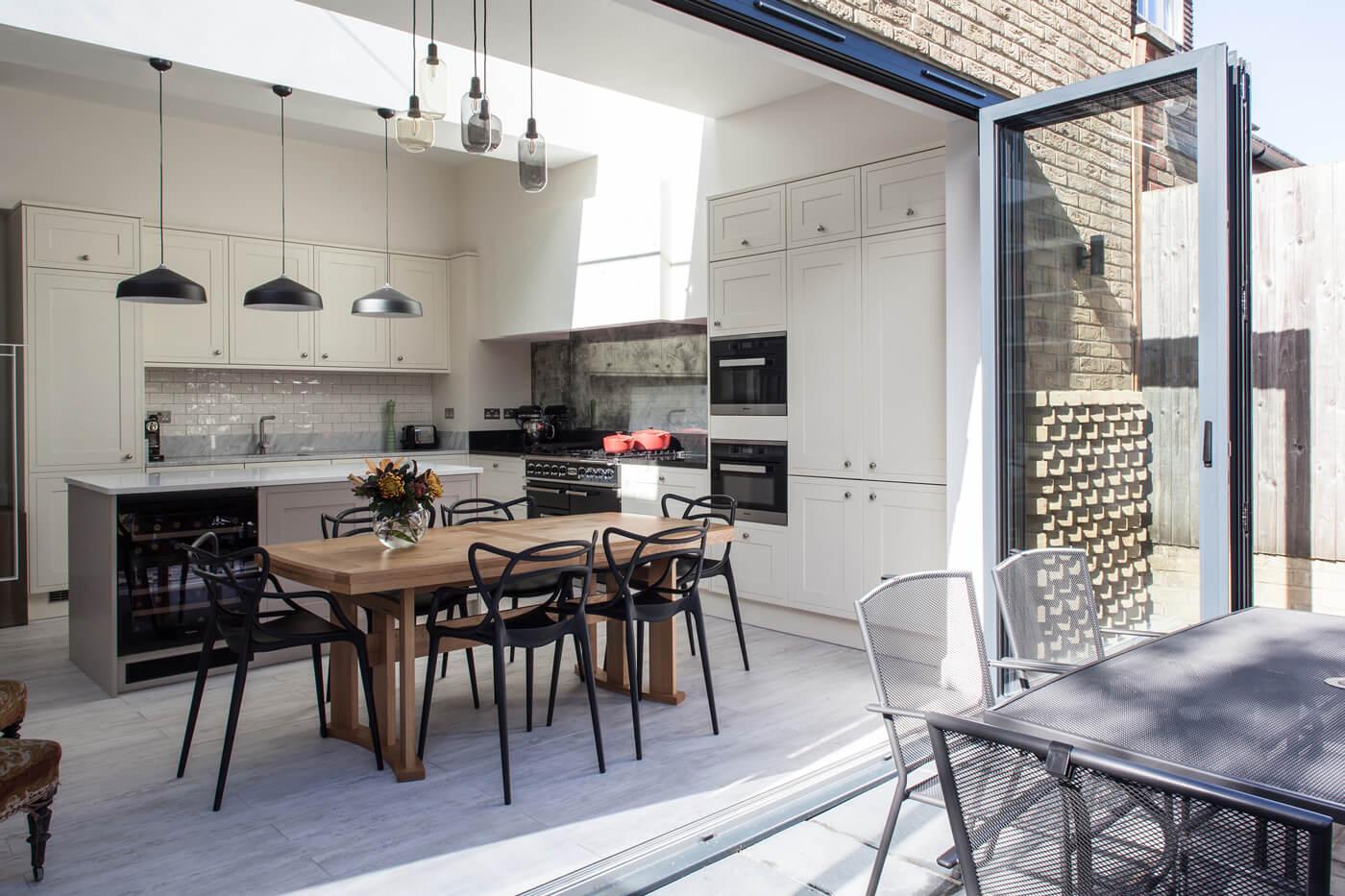 Hoe zorg je er met een dakraam voor dat een keukenaanbouw een lichte en ruimtelijke uitbreiding is van de leefruimte?